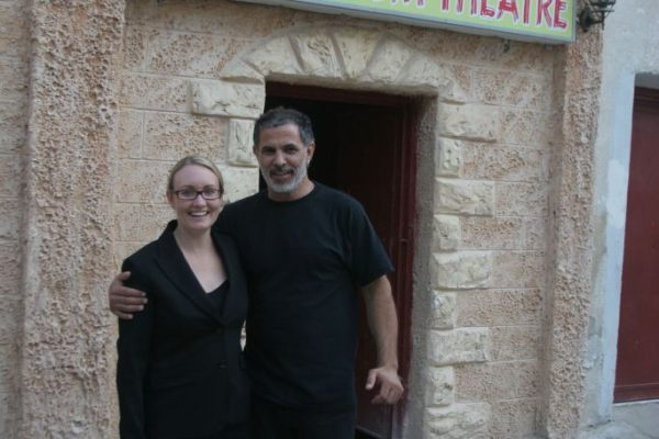Juliano Mer Khamis davanti al Freedom Theatre, nel campo profughi di Jenin, Palestina