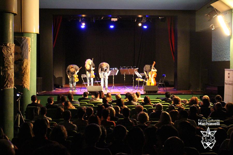 Inchini sul palco di Fucina Machiavelli, teatro in centro a Verona