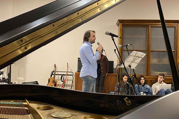 Stefano Soardo all'inaugurazione della stanza della musica a Casa di Deborah