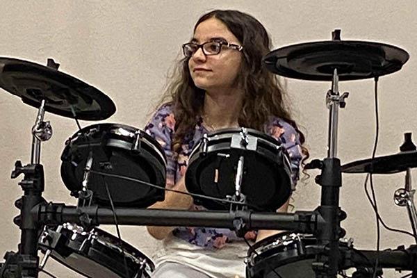 Ragazza suona la batteria in occasione del saggio di School of Rock a Verona